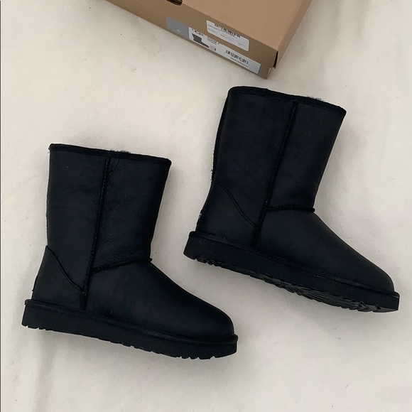 2b9d40ee50ef classic short black leather UGG boots ( women s )